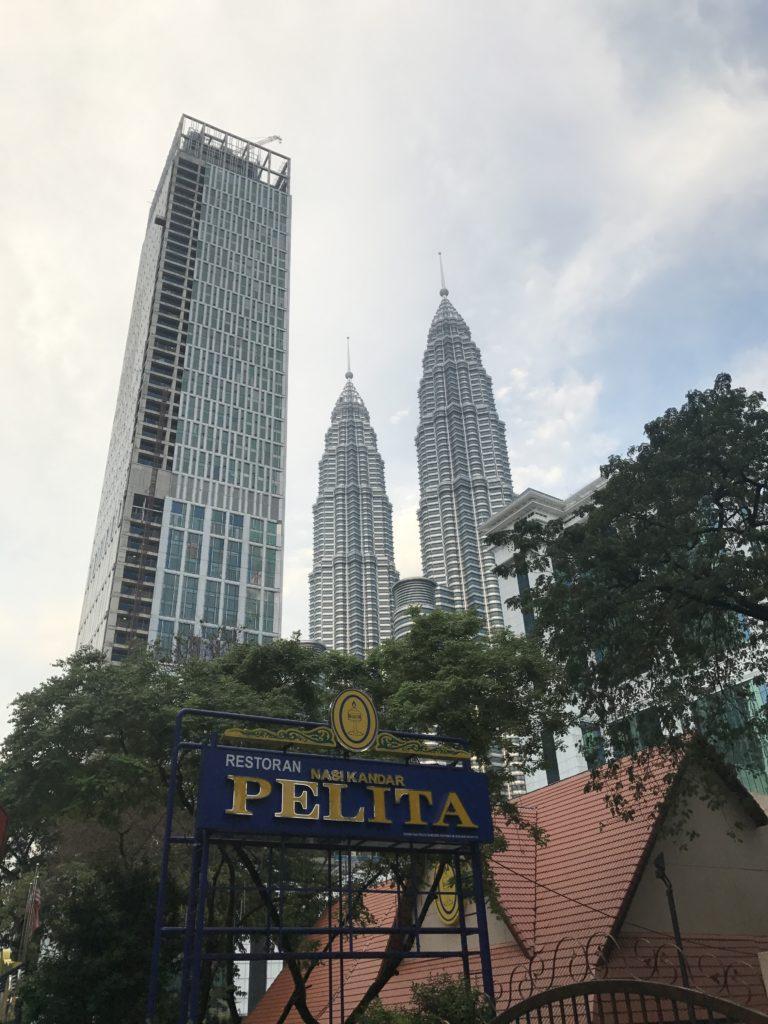 img 2465 768x1024 Kuala Lumpur : mauvais départ, twin towers et cocktails